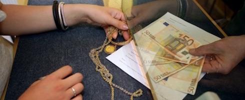Ragazza vende oro al compro oro